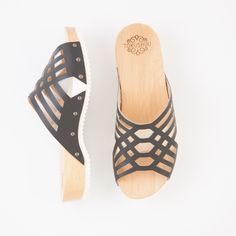 Holzzoccoli Pure Nordic Crystal mit flacher Sohle | Bestswiss.ch Wedges, Pure Products, Crystals, Sandals, Shoes, Fashion, Fashion Styles, Wooden Clogs, Sporty Style