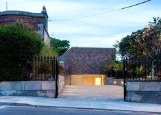 ODOS Architects creates introverted brick house in Dublin woning oprit inkom baksteen verhouding compositie inplanting