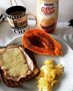 Café da manhã aqui em Sampa!!!! ahh e uma boa opção para não tomar leite é o coffee creamer! Eu trouxe da minha ultima viagem aos States. Ele é sem lactose, sem gluten, só 10 calorias a porção e tem gostinho de l baunilha!! Tenho outro aqui de avelã que não vejo a hora de provar 😋😋☕️☕️ #coffeecreamer #soufit #soufit2 #healthlifestyle #healthlife #porumavidamaissaudavel #goodvibes #saudavel #fitness #fitnessmotivation #motivacao  #healthy #healthyfood #healthybody #body #workout #exercicio…