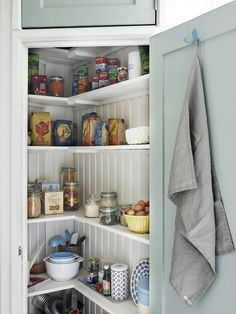 I like this pantry with the sage green door Kitchen Shelves, Kitchen Pantry, Rustic Kitchen, Kitchen Storage, Vintage Kitchen, Kitchen Dining, Corner Pantry, Ideas Prácticas, Cozy House