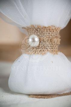 Μπομπονιέρα γάμου κλασική με λινάτσα και πέρλα.