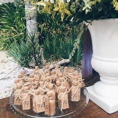 """Muito amor envolvido!   Vidrinhos com grãos de mostarda, feitos pela tia da noiva, com tag kraft.  """"... eu lhe asseguro que, se vocês tiverem fé do tamanho do grão de mostarda, poderão dizer a este monte: 'Vá daqui para lá', e ele irá. Nada será impossível para vocês."""" Mt 17:20  Decoração: @liviatimotheodecor  #papelariadecasamento #casamento #papelkraft #papelariapersonalizada #casamentorusticochic #lembrançinhadecasamento #duoamor"""