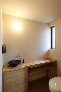 写真15|H様邸/プレズィール/平屋(H28.4.15) Airbnb Design, Washroom, Double Vanity, Toilet, Sink, New Homes, Mirror, Interior, House