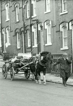 """Rag-and-bone man, with horse and cart, once a common sight on British streets. He would call out: """"Rag n' Bone, Rag n' Bone"""" and collect donations. He lived off the proceeds of what he could sell. They still exist but now use vans and lorries. Old Pictures, Old Photos, Vintage Photos, London History, British History, Yorkshire, Rag N Bone, Old London, South London"""