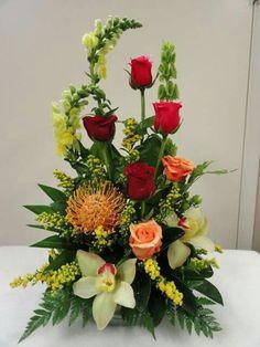 40 Pretty Flower Arrangement Design Decor Ideas - 2020 Home design Rosen Arrangements, Tropical Flower Arrangements, Creative Flower Arrangements, Flower Arrangement Designs, Church Flower Arrangements, Beautiful Flower Arrangements, Tropical Flowers, Beautiful Flowers, Colorful Flowers