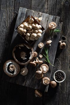 Raw Mushrooms with Fresh Herbs — Home- Raw mushrooms with fresh rosemary and black peppercorns on a dark and rustic distressed wood surface. I license this photo as a stock photo – click the image for licensing options. Fun Easy Recipes, Raw Food Recipes, Diet Recipes, Portobello, Rustic Food Photography, Photography Ideas, Fresco, Vegetables Photography, Diet Snacks