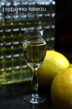 Domowa, dobra nalewka cytrynowa, to jeden z najczęściej spotykanych wyrobów alkoholowych na polskich stołach. Sukces domowej nalewki to dobre proporcje Food Design, White Wine, Wine Glass, Alcoholic Drinks, Vogue, Tableware, Bending, Lemon, Dinnerware