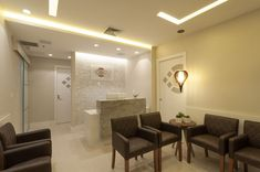 Sala de Espera Clean com Poltronas Marrons Spa, Corner Bathtub, Conference Room, Bathroom, Furniture, Home Decor, Studio, Reception Rooms, Cowhide Chair