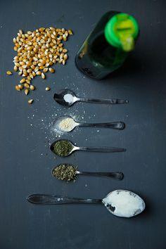 Ingrediënten voor homemade popcorn met Italiaanse kruiden.