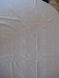 Parte del centro del mantel bordado en punto pales-trina.