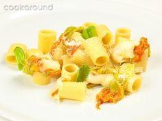 Mezze maniche con fiori di zucca e provola: Ricetta Tipica Campania   Cookaround