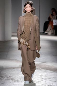 Apr 2020 - The complete Agnona Fall 2019 Ready-to-Wear fashion show now on Vogue Runway. Fashion Week, Work Fashion, Paris Fashion, Runway Fashion, High Fashion, Fashion Show, Fall Fashion, Style Haute Couture, Couture Fashion