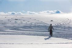 This winter, Simon Beck has given the world several more of his inspiring patterned snow and sand paintings. As we've explained in past posts, Beck tr. Simon Beck, Snow Artist, Geometric Drawing, How To Make Drawing, Colossal Art, Creative Activities, Geometric Designs, Geometric Patterns, Beach Walk