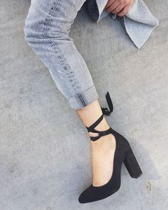 Black suede pumps with a comfortable chunky heel and an elegeant upper knotted strap. Ready to spread the glam?