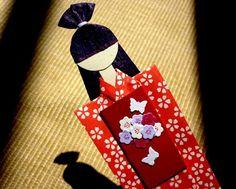 Marcador de livro boneca japonesa.   Nosso email para contato:  momoartesanatos@gmail.com  Papel de origami importado.  Medidas aproximadas: 17,3cm. Peso aproximado com embalagem: 3g.  Valor referente a somente uma boneca. Pode ser adicionado imã por mais R$0,50.  Pode ser transformada em móbile.  Design original de Sayuri Murakami (Momô Artesanatos).  Sob encomenda: informe a cor desejada.  Peça também a cotação do seu TAG impresso. Tamanho aproximado (máximo) do tag retângular 5x4cm…