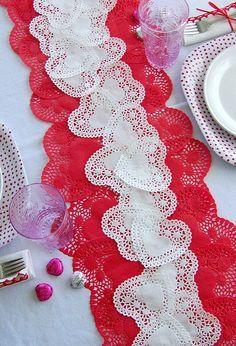 Nos encanta este camino de mesa hecho con blondas con forma de corazón!
