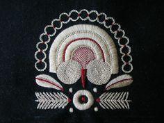 Une des broderies que j'aime particulièremnet c'est la bigoudene ! J'adore les motifs.... Voici un petit carré brodé au fil de soie or (trouvé chez emaus) Elle est inspirée des broderies que l'on peut voir sur les costumes.