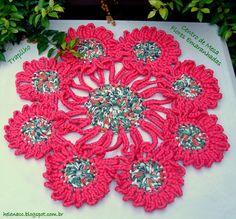 Centro de Mesa em Trapilho (Crochet Rag Doily). Receita e PAP (Pattern+Photo and Video Tutorial): http://helenacc.blogspot.com.br/2013/03/centro-de-mesa-flores-emaranhadas-em.html