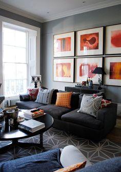 Salón elegante con textiles coloridos