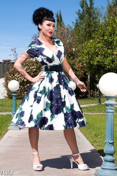 **YARD SALE** Pinup Couture Birdie Dress in Blue Vintage Floral- L. Will disclose photo, small discoloration on collar. Not noticeable when worn. Retro Fashion, Girl Fashion, Vintage Fashion, Fashion Outfits, Vintage Tops, Vintage Style, Vintage Floral, Vintage Outfits, Vintage Dresses