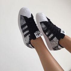 buy popular d868a 381df pies de mujer con tenis adidas superstar negro Zapatos Casuales, Moda Con  Zapatillas, Zapatos
