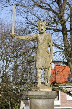 #BadBramstedt Vom Jahre 1533 an sind Bramstedter Rolande nachgewiesen, anfangs in hölzerner Form. Seit 1693 steht der steinerne Roland hier, aus Oberkirchner Sandstein gefertigt und gelegentlich – so in den Jahr...