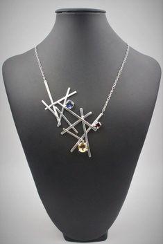 superbe collier en argent sterling, surmonter de 3 superbes pierres (citrine, grenat et saphir synthétique). tous les anneaux on été soudés pour être sûre que la chaîne ne débarque pas. ce collier représente environ une vingtaine d'heures de travail