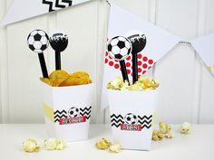 Schnelle Deko-Ideen für die EM 2016 - bastel dir eine Wimpelkette und kleine Naschboxen für Süßes oder Salziges selber! Einfach Freebies runterladen!