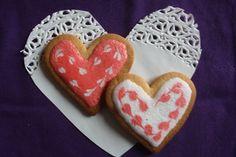 Manca poco a San Valentino! Che bello portare alla nostra persona speciale un pensiero dolce. Frollini friabili e profumati decorati con piccoli cuoricini. Pieni pieni di amore!