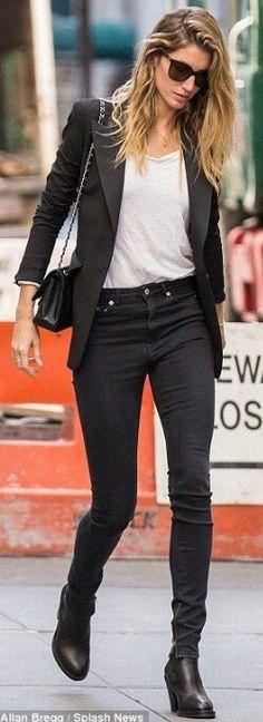 95558451e4 Gisele Bundchen bares belly in low-slung boyfriend jeans in NYC