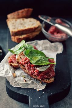 Steak Tartare- this is what i will be trying today for the first time! Gods Kitchen, Steak Tartare, Happy Foods, Polish Recipes, Wrap Sandwiches, Cuisines Design, Dried Tomatoes, Brunch, Quick Meals