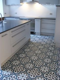 1000 images about floors and tiles on pinterest cement tiles tile and paris restaurants - Keuken met cement tegels ...