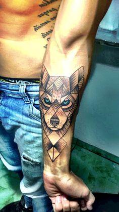 dibujos de lobos, hombre con tatuaje en el torso, tatuaje geométrico en el antebrazo, cabeza de lobo con ojos azules