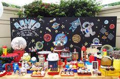 Festa infantil com tema astronauta. Peças da Pop Mobile ficaram lindas na mesa de doces, que teve três bolos e muitos docinhos