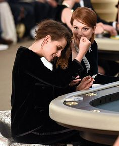 Kristen Stewart joins Julianne Moore and Lara Stone at Chanel's Paris show Kristen Stewart Chanel, Kristen Stewart Hair, Kirsten Stewart, Hollywood Actresses, Actors & Actresses, Dark Bob, Sils Maria, Metallic Jacket, Grunge Hair