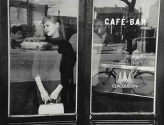 """Things from the past 📷🎥 on Twitter: """"Edouard Boubat. Waiting for a date at the Café Vache Noir. Paris. 1957… """" Robert Doisneau, Vintage Cafe, French Vintage, Vintage Paris, Vintage Style, Vintage Fashion, White Photography, Street Photography, Vintage Photography"""