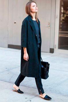 Trench coat + Mule deixam um visual mais sóbrios se usados em tons escuros.
