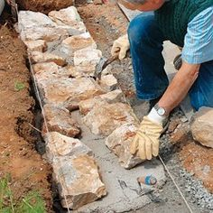 Tutoriel : comment remonter un mur de pierre Tutorial: how to put up a stone wall Rock Retaining Wall, Landscaping Retaining Walls, Hillside Landscaping, Building A Stone Wall, Stone Wall Design, Garden Stairs, Stone Masonry, Dry Stone, Rock Wall