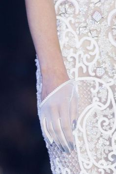 Ralph & Russo Fall 2014 Couture lace V white haute couture details Couture Fashion, Fashion Art, High Fashion, Couture Details, Fashion Details, Yves Saint Laurent, Ralph & Russo, Lesage, Passion For Fashion