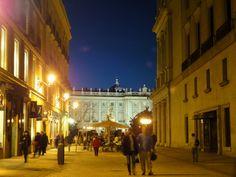 calle de carlos iii, palacio real (fondo) y teatro real (dcha.) observando...