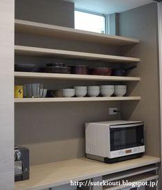 今日は我が家のキッチンの背面収納について記事にしていきたいと思います。 キッチンのWEB内覧会でも背面収納については書いたのですが、 (その時の記事はこちら: 【WEB内覧会 キッチン 後編】隠す収納で統一感のある空間に ) 質問を何件か頂いたので、今回はもっと詳... Butler Pantry, Japanese House, Modern Interior Design, Small Spaces, Kitchen Appliances, Woodworking, Shelves, Flooring, Storage