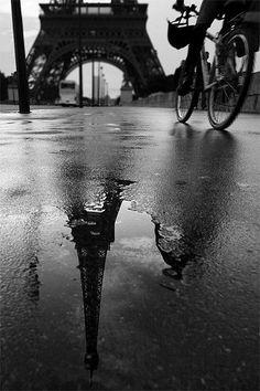 Reflet de la tour Eiffel après la pluie