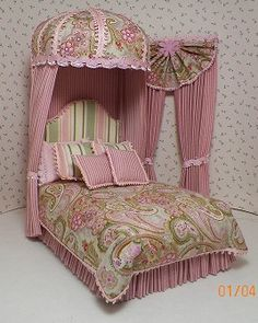 Varagated pink and green paisley print, paired with a tiny pink stripe. Pleated dust ruffle,,, comforter, fancy pillows, and trimmed out dome top. Matching drapes.. Very pretty!!!
