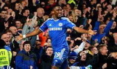 """Trong chiến thắng ấn tượng của Chelsea trước Tottenham đêm qua, Samuel Eto'o chính là một trong những cầu thủ thi đấu nổi bật nhất với bàn thắng mở tỷ số tạo bước ngoặt cho trận đấu. Sau tình huống ghi bàn, cầu thủ này đã có động tác ăn mừng theo kiểu """"ông già chống gậy"""" nhằm vào những người từng chỉ trích anh có hành vi gian lận tuổi. http://ole.vn/livescore/ket-qua/ngoai-hang-anh_2.html"""