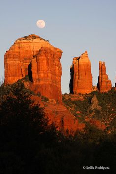 Moon rising over Cathedral Rock in Sedona, Arizona. a must for your travel destination wish list! Sedona is awe inspiring! Mountain Love, Bagdad, Foto Real, Beautiful Places, Beautiful World, Sedona Arizona, Le Far West, Beautiful Landscapes, The Great Outdoors