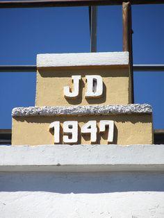 Cacería Tipográfica N° 253: Iniciales JD con el año de construcción 1947 en la calle Álvarez Thomas en el Centro Histórico de Arequipa.