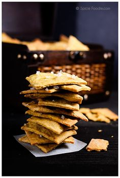 Recipe for Garlic Rosemary and Turmeric Vegan Crackers Made with Olive Oil. Try them they're super easy and healthy too. Vegan Foods, Vegan Snacks, Vegan Vegetarian, Vegetarian Recipes, Snack Recipes, Yummy Recipes, Twisted Recipes, Vegan Crackers, Vegan Life