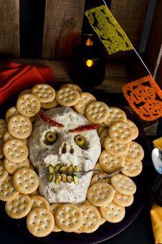 Si te gusta el queso crema, te presentamos una botana para halloween deliciosa. Es un dip de queso crema, jamón serrano y pimiento morrón amarillo con un sabor terrorífico. Perfecto para colocar en tu altar de día de muertos o para que los más pequeños de la casa se diviertan haciéndolo.