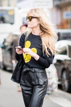 Die highwaisted Lederhose hat es uns wahrlich angetan. Dazu wird hier ein schwarzer Pullover mit gelben Mauskopf kombiniert. Würden wir durchaus genauso tragen.