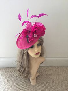 Maravillosamente hecho a mano sombrero/Fascinator de platillo para sus requerimientos específicos y colores. Elegir dos colores de la gota abajo el menú de arriba, o me mensaje tus ideas de color.  El sombrero se une a una banda de alice que puede ocultar discretamente en tu pelo.  El sombrero es de 25cm de diámetro y va adornado con flores imitación seda de alta calidad para que coincida con su esquema de color de traje.  Estos sombreros son hechos a mano en el Reino Unido por mí, soy u...